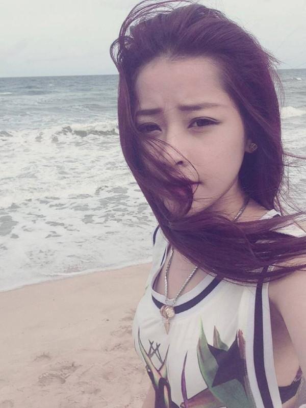 Cũng như Tâm Tít, Chi Pu cũng chuộng gu thời trang kín đáo khi dạo chơi ở biển.