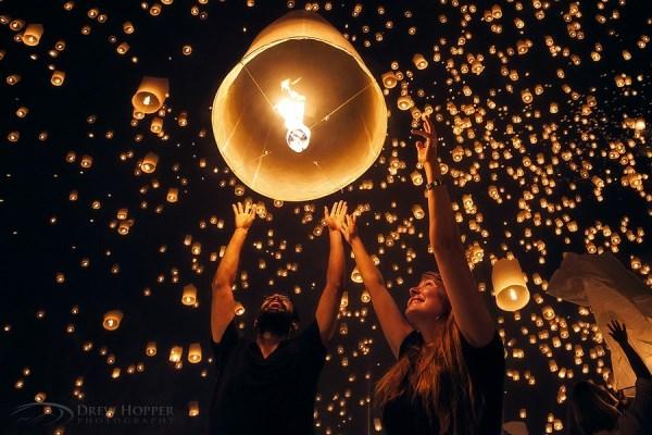 Bạn đã có dịp chiêm ngưỡng bầu trời đêm huyền dịu sáng rực rỡ trong lễ hội đèn lồng Yee Peng như thế này chưa? Chúng chẳng khác nào những mặt trời nhỏ đang lao mình lên không trung.