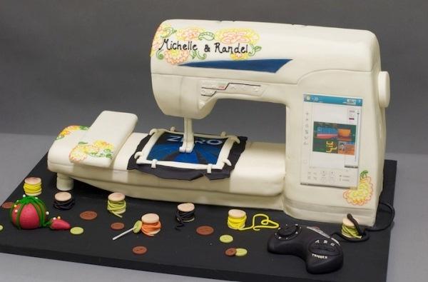 Các cuộn chỉ, nút áo và ngay cả chiếc máy may đều được làm từ bánh