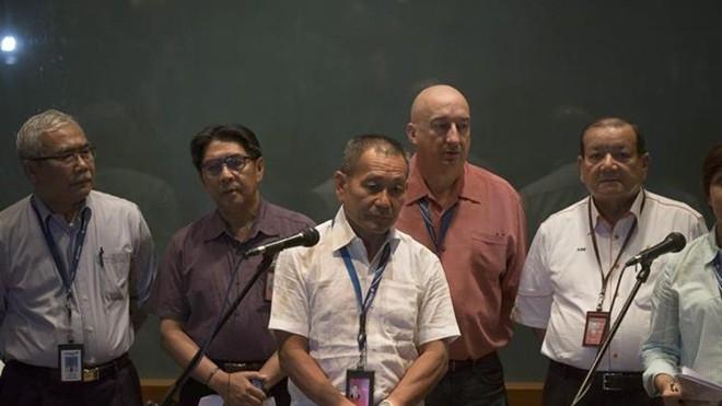 Ông Ahmad Jauhari Yahya (hàng trước), giám đốc điều hành Malaysia Airlines, phát biểu trong cuộc họp báo tại sân bay quốc tế Kuala Lumpur hôm 8/3. Ảnh: EFE