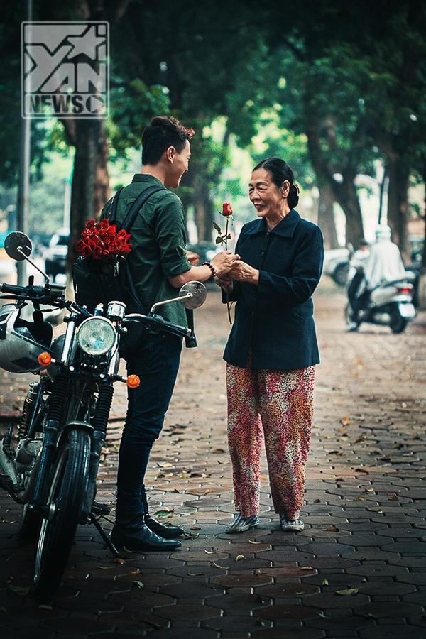 """Một bông hồng dành tặng cho """"phái đẹp"""" đặc biệt trong ngày 8/3, chàng trai bụi bặm mang đến tình cảm ấm áp tới cụ già trên phố."""