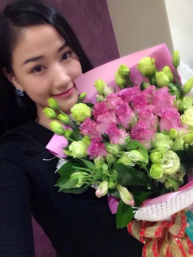 Chia sẻ trên trang cá nhân của mình, Maya cho biết, cô nhận được rất nhiều hoa và món quà từ người hâm mộ. Trong đó, bó hoa yêu thích nhất đến từ một người đặc biệt. Nữ ca sĩ hạnh phúc khi nhận được sự quan tâm của người yêu và fan hâm mộ trong ngày Quốc tế phụ nữ 8/3.