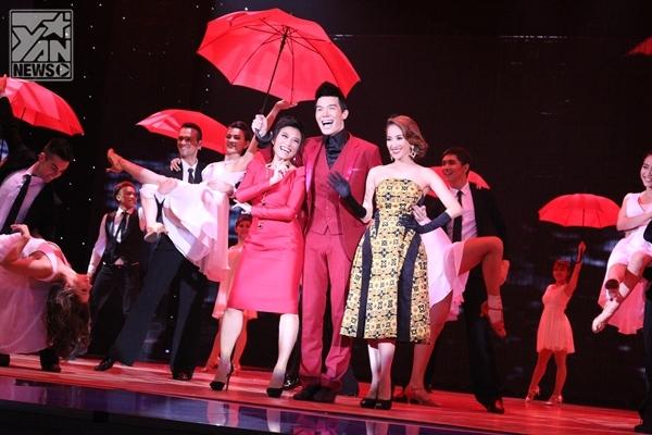 Mở màn đêm diễn, Nathan Lee mang đến tiết mục hoành tráng Singing in the Rain cùng sự hỗ trợ của Khánh Thi và Trần Ly Ly - Tin sao Viet - Tin tuc sao Viet - Scandal sao Viet - Tin tuc cua Sao - Tin cua Sao
