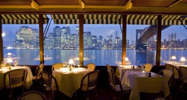 Hệ thống cửa kính rộng lớn giúp thực khách dễ dàng chiêm ngưỡng thành phố rực rỡ về đêm.