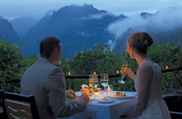 Không gian lãng mạn với màu xanh của núi rừng xen lẫn trong màn sương mờ ảo.
