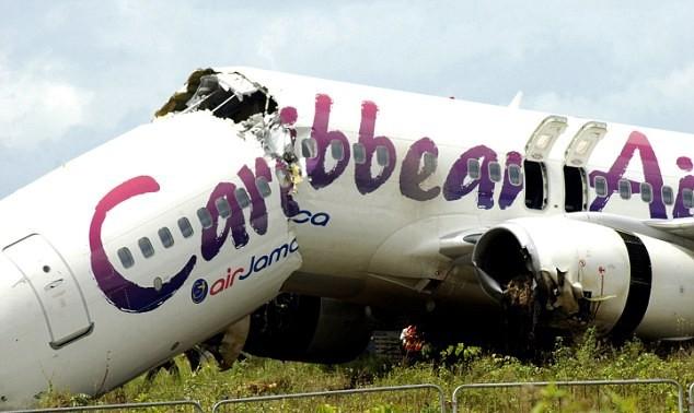 Phi cơ gãy làm đôi nhưng toàn bộ hành khách và phi hành đoàn thoát nạn. Ảnh: AP.