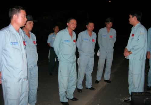 Các phi công Trung đoàn 917 đang hội ý tại sân bay lúc 5h sáng tại sân bay Cà Mau, chuẩn bị lên đường tìm kiếm máy bay Malaysia. Ảnh: Duy Khang.