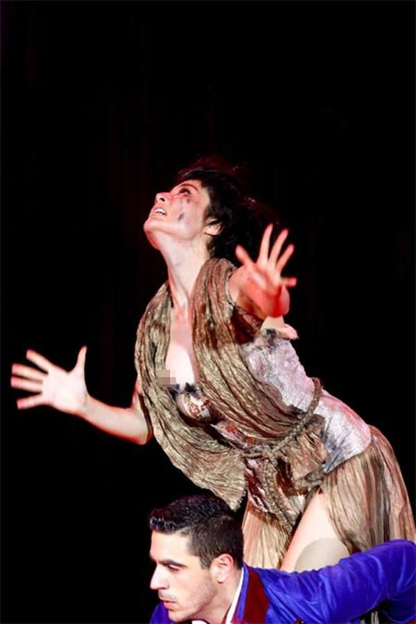 Do nhảy quá sung, cô để lộ trọn vòng 1 ngay trước mắt hàng triệu khán giả. Tuy nhiên, vòng 1 của cô nàng hở nhưng không quá lộ liễu và khoảnh khắc này diễn ra khá nhanh nên nhìn từ xa khán giả cũng khó phát hiện ra.
