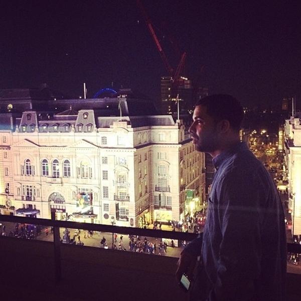 Drake đang chìm mình trong khung cảnh buổi đêm.