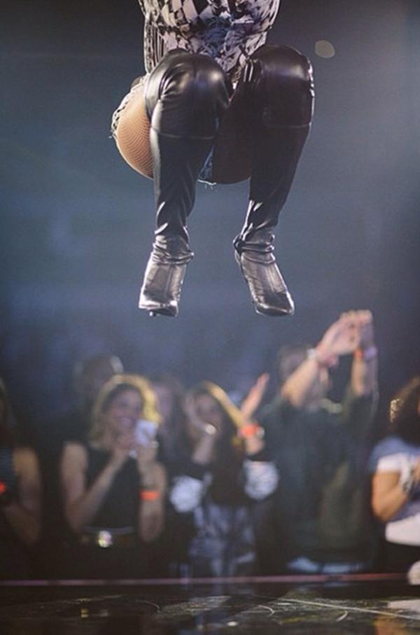 Beyonce đang cháy hết mình trong buổi biểu diễn. Bức ảnh mô tả một điệu nhảy bật cao của Beyonce.