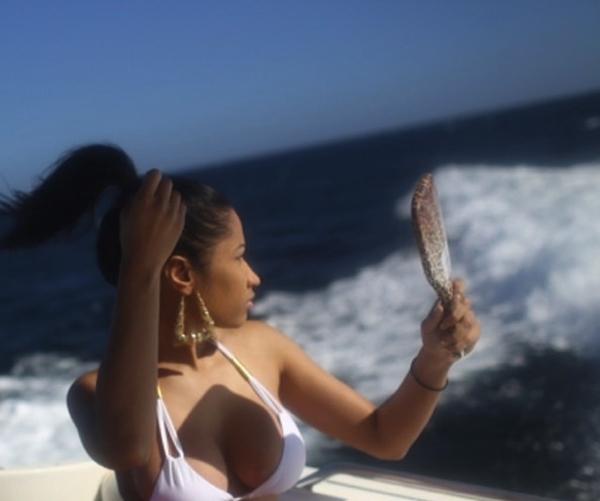Nicki Minaj đang tận hưởng chuyến du lịch ra biển nhưng vẫn không quên khoe vòng một nóng bỏng của mình.