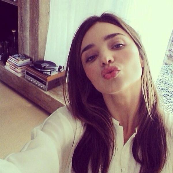 """Miranda Kerr trẻ trung xinh đẹp trong một bức hình """"tự sướng"""" và gửi tới fan một nụ hôn nồng cháy."""