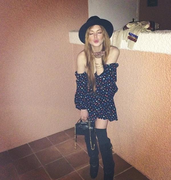 Lindsay Lohan đang rất hạnh phúc vì thế cô đã gửi tới người hâm mộ một nụ hôn gió nồng cháy