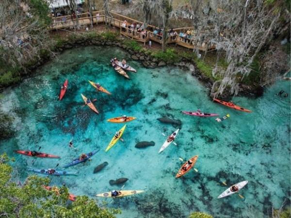 Những chiếc thuyền kayak đủ màu sắc chẳng khác nào những chiếc thuyền giấy được thả trên mặt nước khi nhìn từ trên cao.