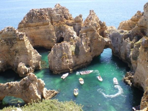 Thú vui của nhiều người là được len lỏi trong các vách đá bằng ca-nô thám hiểm khung cảnh đẹp tuyệt nơi đây.