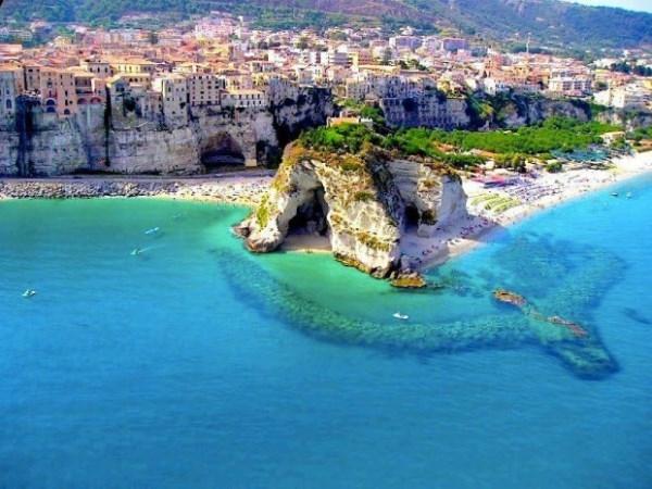 Trước mặt thành phố là bãi biển trong xanh, đặc biệt đồi cát trắng nổi bật là điểm thu hút sự chú ý của khách du lịch.