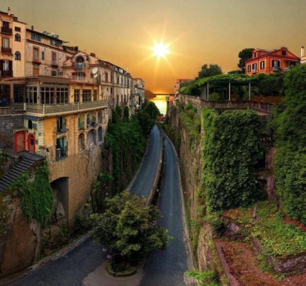 Hai con đường như chồng lên nhau được che chắn bởi dãy nhà cao hai bên hiện ra đẹp tuyệt vời tại Sorrento của Ý.