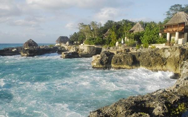 Những ngôi nhà xinh xắn được xây trên những phiến đá lớn sát bờ biển là nơi lý tưởng ngắm cảnh đẹp cả ban ngày lẫn ban đêm.