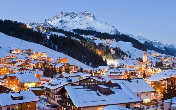 Ánh đèn lấp lánh trên nền tuyết trắng xóa và những ngôi nhà gỗ nhỏ nhắn trở nên đẹp khác thường khi lên đèn.