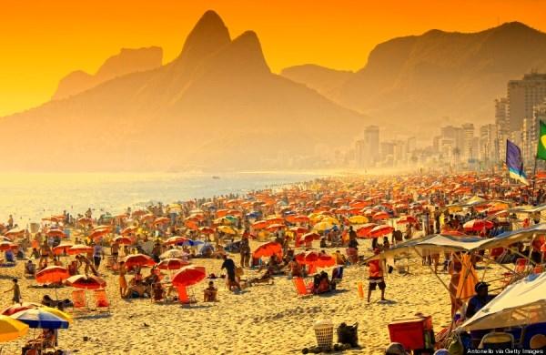 Bãi biển Ipanema thu hút hàng ngàn khách du lịch nhờ biển xanh cát trắng trải dài và khung cảnh tuyệt đẹp cạnh các ngọn núi cao.