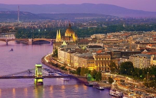 Thành phố tráng lệ nép mình bên dòng sông hiền hòa là nơi bạn không nên bỏ qua khi đến nước Đức. Thật thú vị khi đi dạo trên cây cầu và ngắm nhìn thành phố lung linh trong màn đêm.