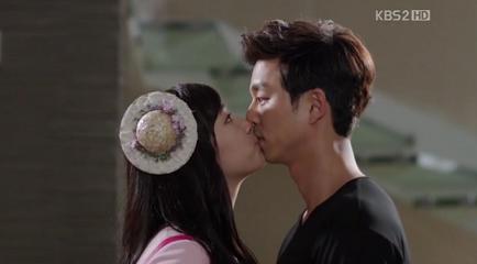 """Gong Yoo """"đứng hình"""" khi nhận một nụ hôn bất ngờ"""