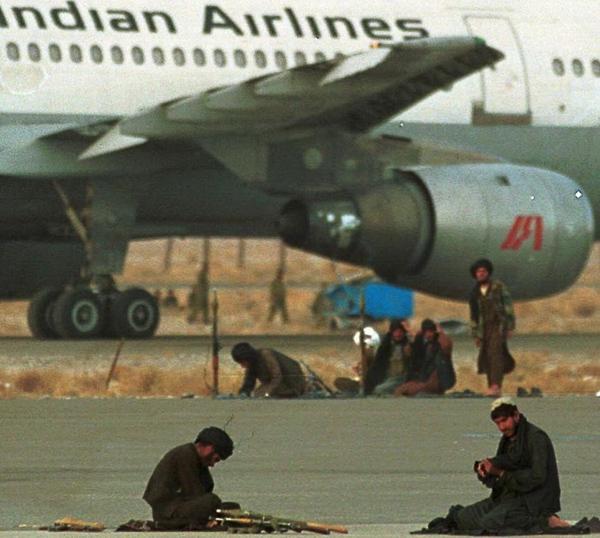 Chuyến bay 814 của Indian Airlines trong sự kiểm soát của bọn bắt cóc ở Kandahar - Ảnh: yimg.com