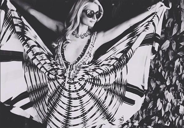 """Với chiếc váy của mình, Paris Hilton khiến cho người nhìn cảm thấy có gì đó """"ma thuật"""", bí ẩn trong đó."""