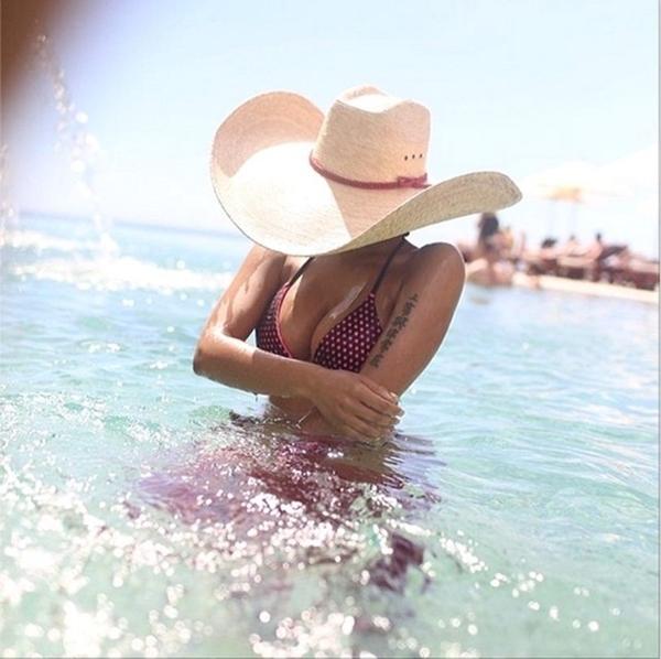 Nicki Minaj trầm mình trong làn nước mát để tận hưởng cảm giác thoải mái.