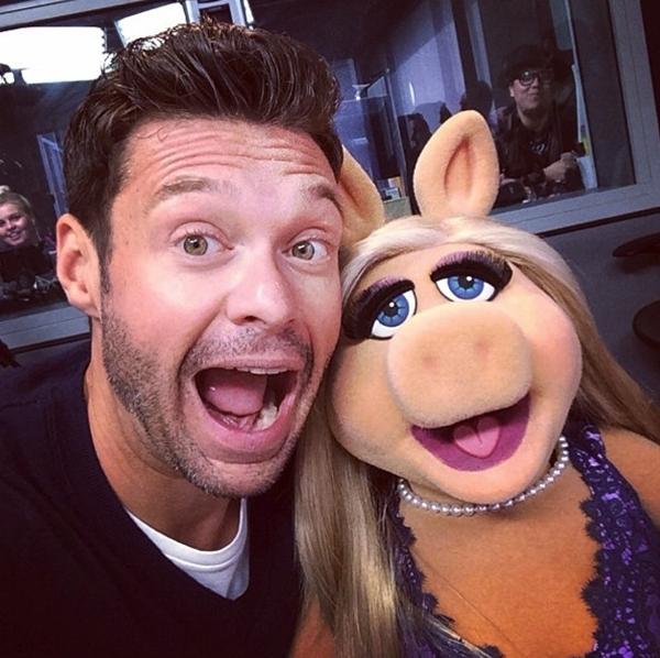 Ryan Seacrest thích thú và tạo dáng vui hộn cùng với Miss Piggy.