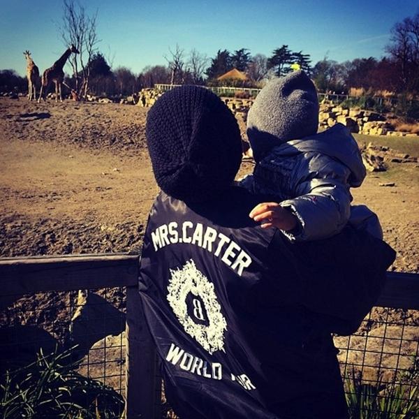 Beyoncébế bé Blue đi xem những chú hươu cao cổ.