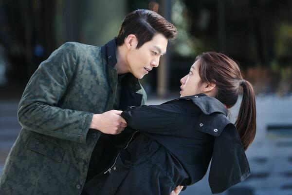 Giây phút trêu đùa của Young Do (Kim Woo Bin) khiến Eun Sang (Park Shin Hye) hốt hoảng trong The Heirs