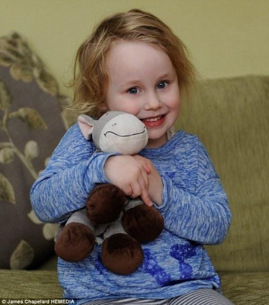 Bé gái 4 tuổi nghiện ăn các đồ vật làm từ vải