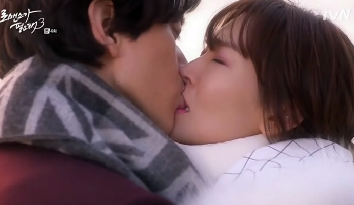 Nụ hôn giữa biển của Joo Won (Sung Joon) và Joo Yeon (Kim Soo Yeon) giữa biển trong I Need Romance 3 khi anh quyết định thổ lộ tình cảm của mình và muốn bắt đầu một mối quan hệ với người anh yêu.