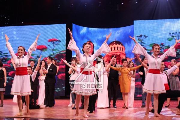 Đêm diễn mở màn hoành tráng với điệu nhảy dân gian của xứ sở hoa hồng Bungari. Các thí sinh đã táo bạo xuống sân khấu mời khách mời lên nhảy cùng mình. - Tin sao Viet - Tin tuc sao Viet - Scandal sao Viet - Tin tuc cua Sao - Tin cua Sao