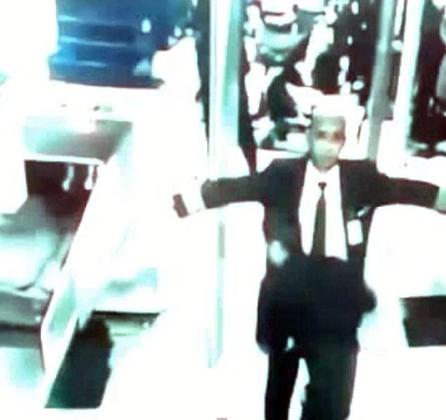 CCTV ghi lại hình ảnh cơ trưởng Zaharie được kiểm tra trước khi lên máy bay.