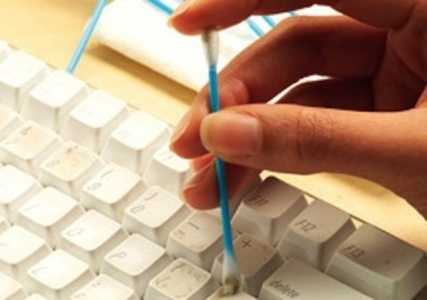 Làm sạch bàn phím bằng bông tăm một cách tiện lợi