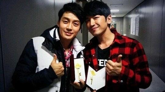 Heo Kyung Hwan đã đăng tải hình chụp chung với Lee Min Woo (Shinhwa) khi cả hai đều tham gia chương trình SBS Challenge 1000 Songs.