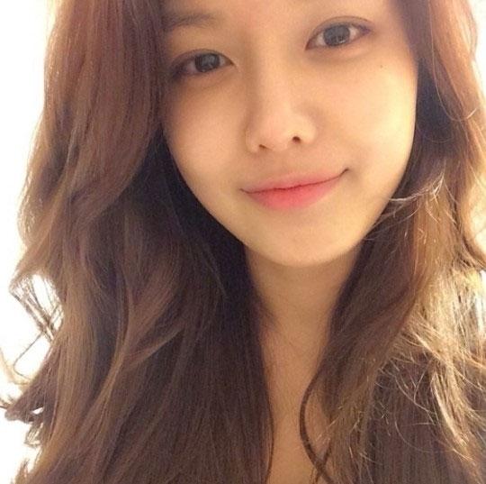 """Sooyoung chia sẻ hình mặt mộc cực xinh với lời nhắn: """"Bạn nghĩ sao nếu tôi cắt mái ngang. Các cô gái sẽ nghĩ gì về cuộc sống của họ""""."""