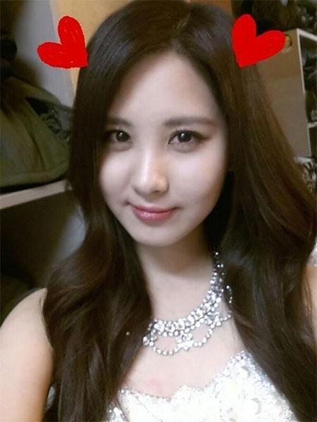 """Seohyun đăng hình xinh như công chúa trước khi đi ngủ với lời nhắn: """"Mơ đẹp nhé các tình yêu, chúng ta đi ngủ tôi. Hẹn gặp các bạn trong giấc mơ của tôi""""."""