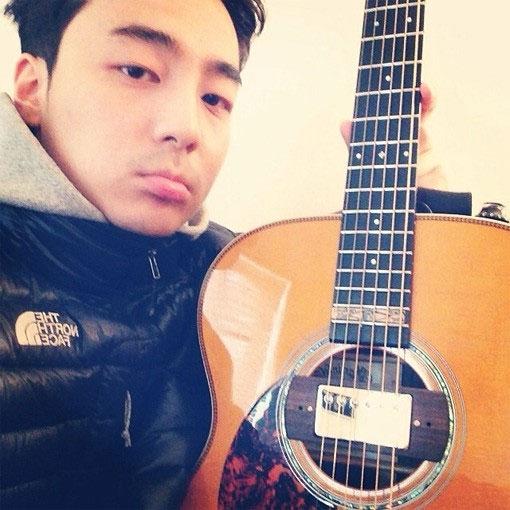 """Roy Kim đăng hình khoe cây đàn guitar với lời khen: """"Xinh đẹp quá""""."""