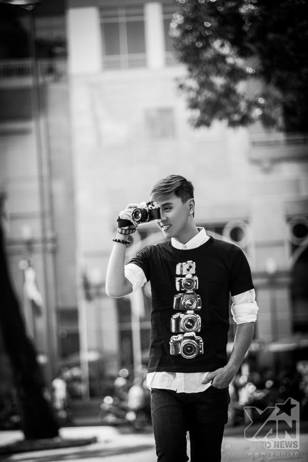 Ngắm street style đơn giản phóng khoáng của chàng VJ Kiên Hoàng