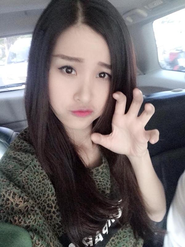 """Đông Nhi chìu fans bằng hành động vô cùng dễ thương của mình. Cô đang trên đường quay về thành phố Hồ Chí Minh: """"Về thôi :****"""""""