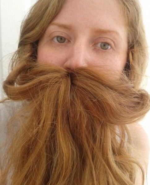 Những cô nàng tinh nghịch với bộ râu làm từ chính mái tóc của mình