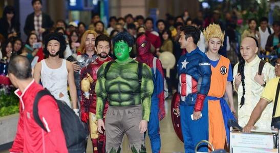 Super Junior hóa trang thành những siêu nhân anh hùng và Mortal Kombat thật ấn tượng.
