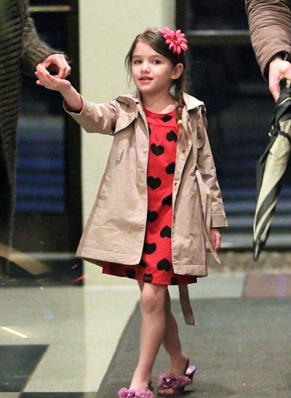 Ngắm gu thời trang cực đỉnh của nhóc tì Suri nổi bật Hollywood