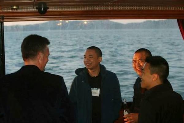 Nguyễn Hà Đông tỏ ra tự tin trong giao tiếp và luôn thường trực nụ cười thân thiện.