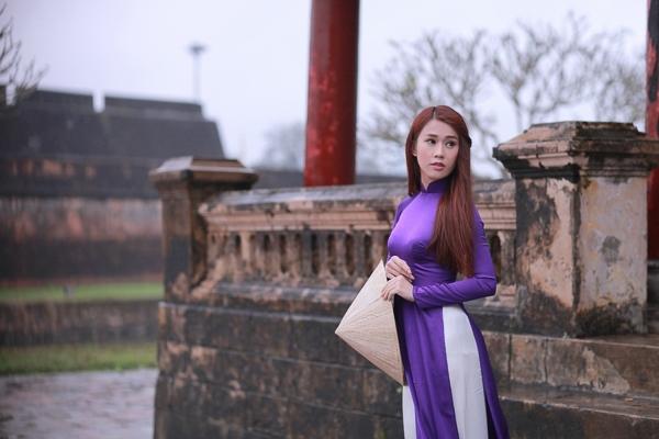 Ngọc Thảo thướt tha với tà áo dài tím truyền thống