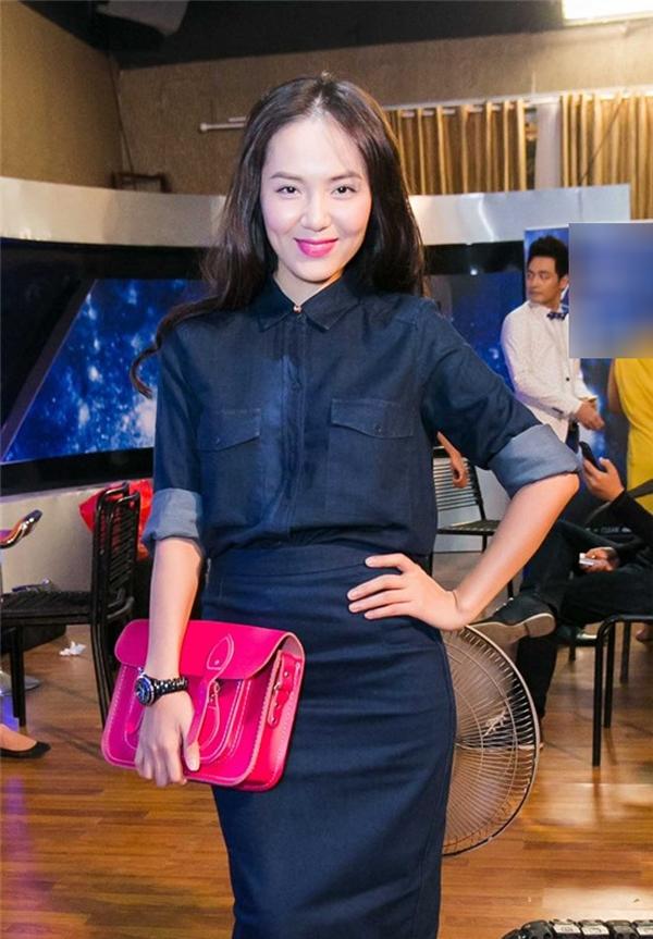 Phương Linh kém xinh khi mặc áo sơ mi và chân váy xanh denim. Bên cạnh đó, phụ kiện chẳng hề ăn ý chút nào với trang phục.