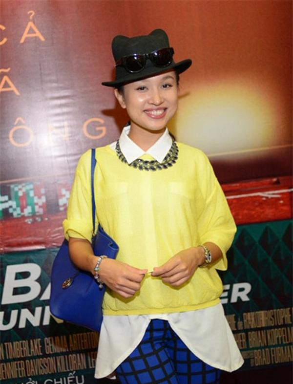 """Áo sơ mi oversized cùng kiểu kết hợp vô tội vạ khiến Thanh Vân như một """"thảm hoạ thời trang""""."""
